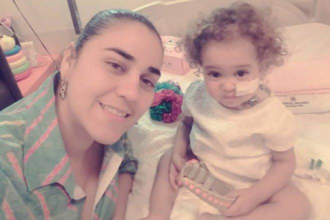 Yelibeth, mãe de Isabella, pôde doar parte de seu fígado à filha, mas a viabilidade do tratamento realizado na Argentina está em perigo porque os EUA congelaram as contas da Citgo, empresa estatal venezuelana que financiou tratamentos altamente complexos no exterior