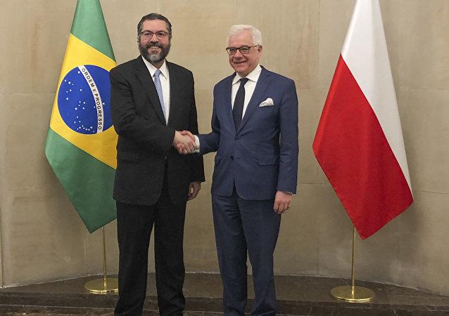 Chanceler brasileiro Ernesto Araújo ao lado do ministro de Relações Exteriores da Polônia, Jacek Czaputowitcz, em Varsóvia