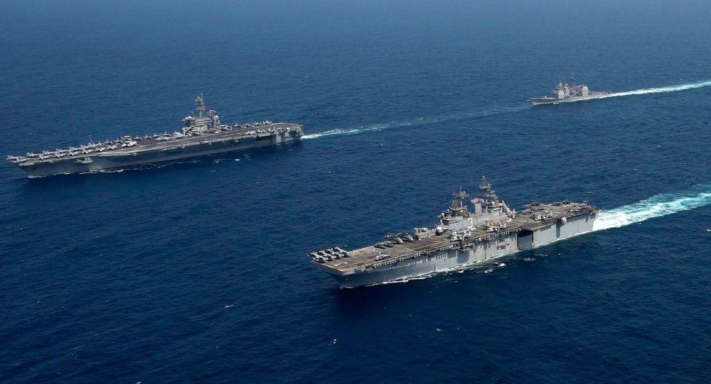 Grupo de ataque liderado pelo porta-aviões USS Abraham Lincoln e grupo de prontidão do navio de assalto anfíbio USS Kearsage efetuam operação conjunta na área da operação da 5ª Frota, em 17 de maio de 2019
