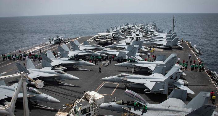 Convés do porta-aviões USS Abraham Lincoln durante as manobras em 17 de maio de 2019