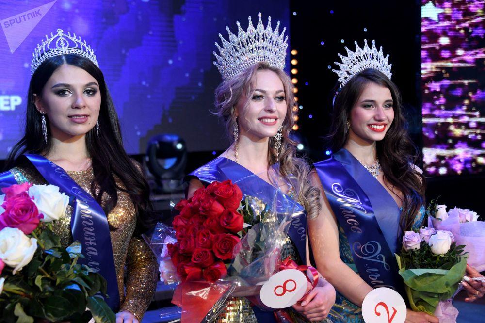 A ganhadora do concurso Miss Chita 2019 Anastasia Popova (no centro), a primeira-vice-miss Elizaveta Suturina (à direita) e a segunda-vice-miss Tatiana Derbina (à esquerda)