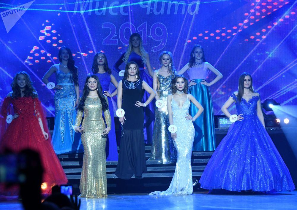 Concorrentes da competição de beleza Miss Chita 2019, posam para foto usando vestidos de gala