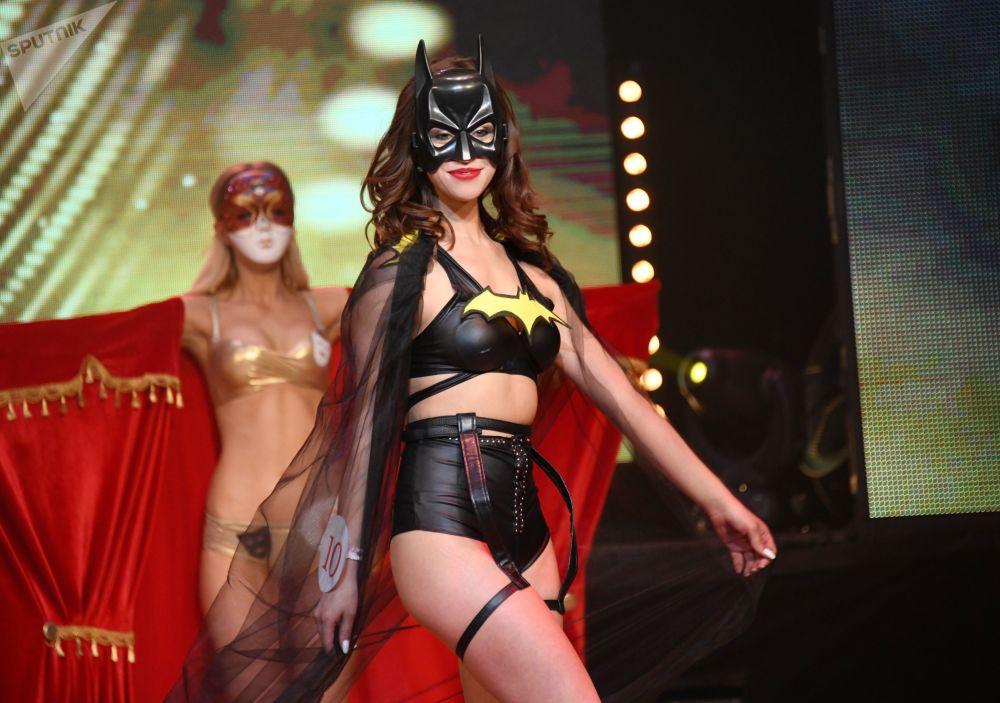 Participante da final do concurso Miss Chita 2019, Anastasia Fomina, desfilando de biquíni