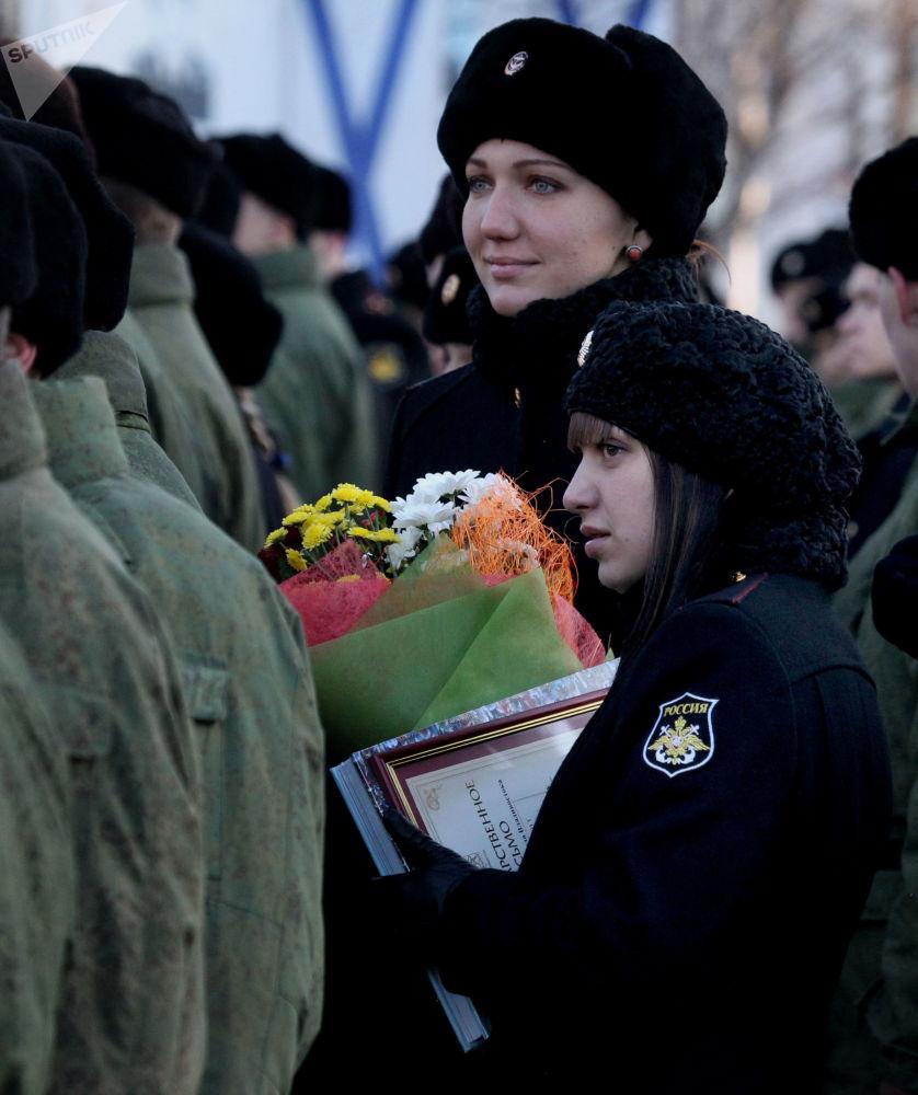 Militares femininas durante a comemoração do Dia dos Fuzileiros Navais da Rússia na Frota do Pacifico, em Vladivostok, 2013