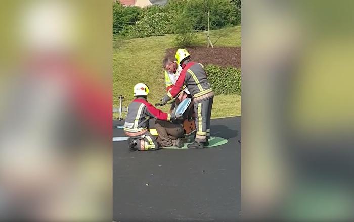 Bombeiros socorrem homem preso em brinquedo no Reino Unido
