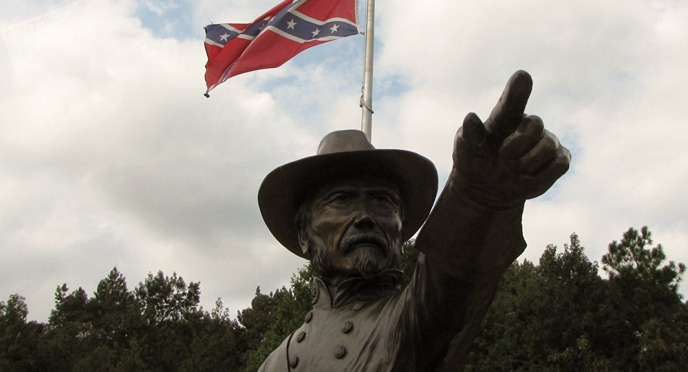 Monumento ao general Joseph Johnston com bandeira confederada
