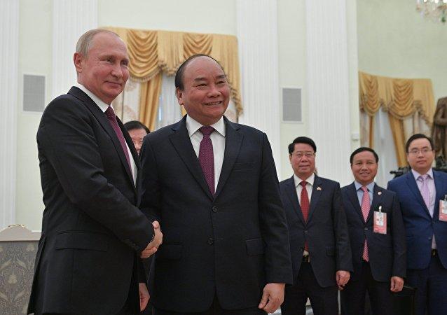 O presidente da Rússia, Vladimir Putin, e o primeiro-ministro do VIetnã, Nguyen Xuan Phuc.
