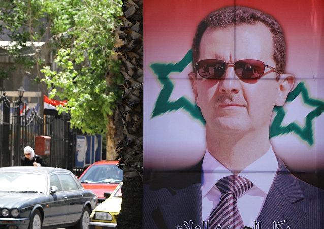 Pôster com um retrato do presidente sírio, Bashar Assad.