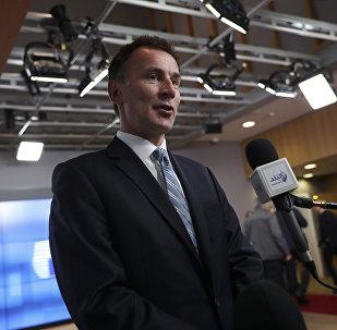 O secretário de Relações Exteriores britânico, Jeremy Hunt, fala à imprensa ao chegar a uma reunião dos ministros das Relações Exteriores da UE na sede do Conselho Europeu em Bruxelas (arquivo).