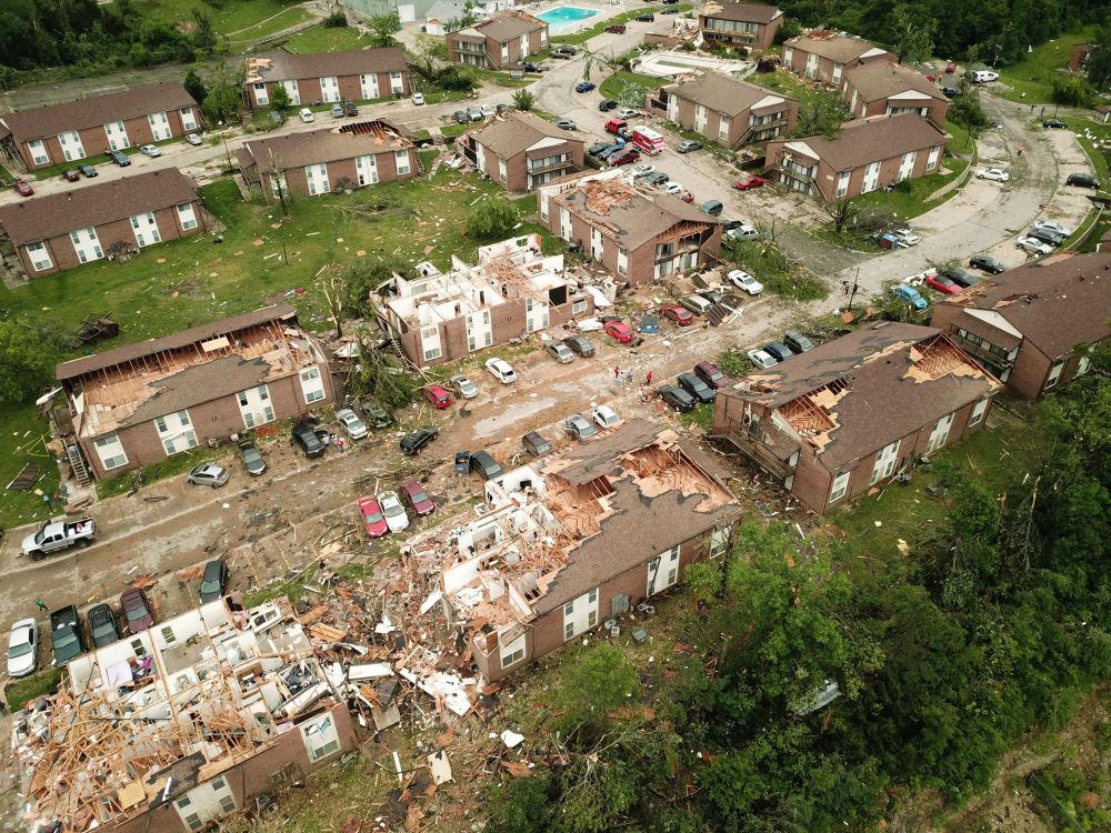 O que sobrou de uma rua em Jefferson City, capital do estado norte-americano de Missouri, após passagem de tornado