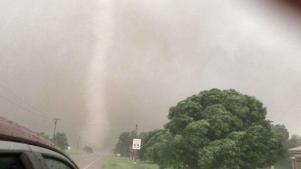 Tornado é fotografado cercado por chuva em Mangum, cidade no estado de Oklahoma