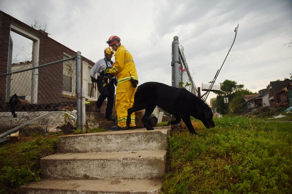 Bombeiro confere escombros de casa em Jefferson City, após ela ser abalada por tornado