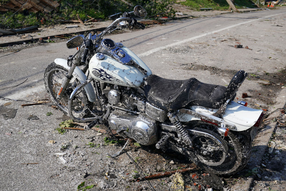 O que sobrou de moto após passagem de tornado em Jefferson City, capital do estado norte-americano de Missouri