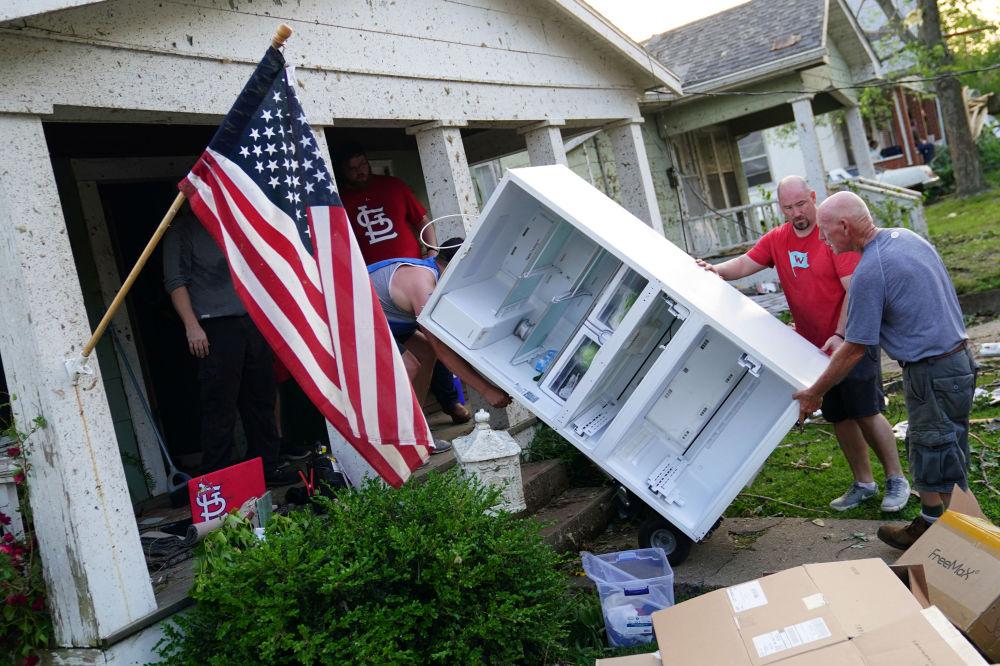 Moradores tentam salvar o que podem dos escombros causados por tornado em Jefferson City, capital do estado norte-americano de Missouri