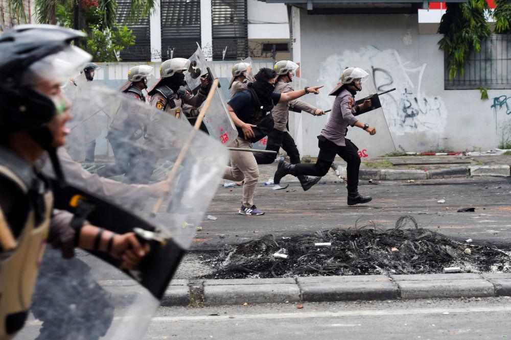 Polícia dispersa manifestantes em Jacarta, Indonésia, 22 de maio de 2019