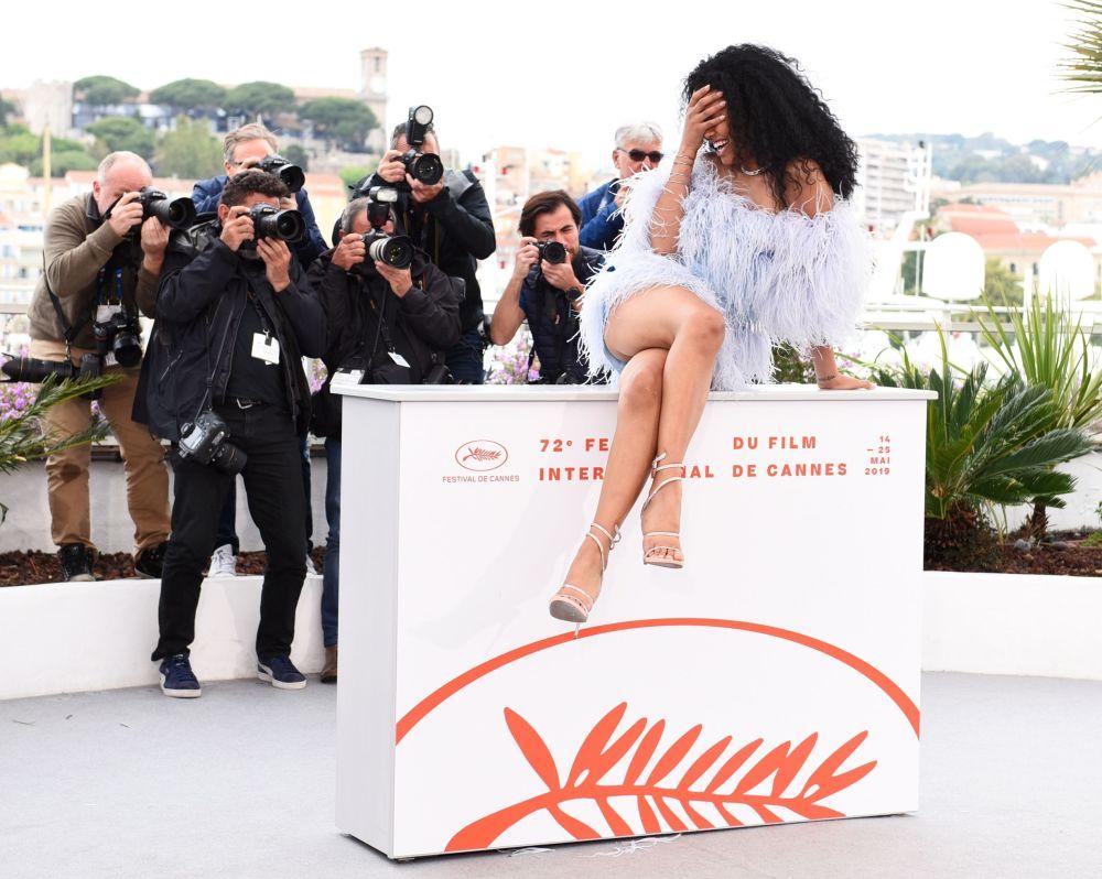 Atriz durante sessão fotográfica do filme Port Authority no 72º Festival Internacional de Cinema de Cannes
