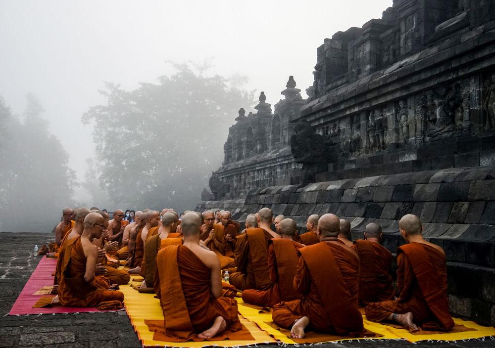 Monges budistas rezam na véspera do aniversário de Buda no templo de Borobudur em Magelang, província de Java Central, em 18 de maio de 2019