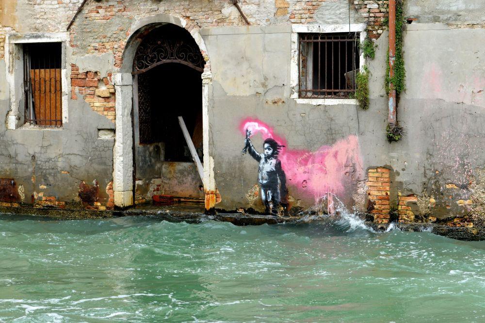 Pintura supostamente do artista Banksy retratando uma criança migrante em Veneza, Itália