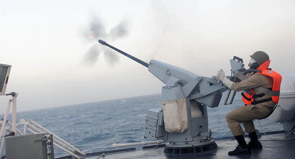 Membro da Marinha do Irã, dispara do convés do destróier de mísseis guiados Jamaran, durante exercício no golfo Pérsico, Irã (imagem de arquivo)