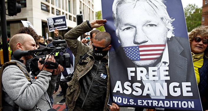 Manifestantes protestam do lado de fora do Tribunal de Magistrados de Westminster, onde o fundador do Wikileaks, Julian Assange, participava de uma audiência sobre o pedido de extradição para os EUA, em Londres.