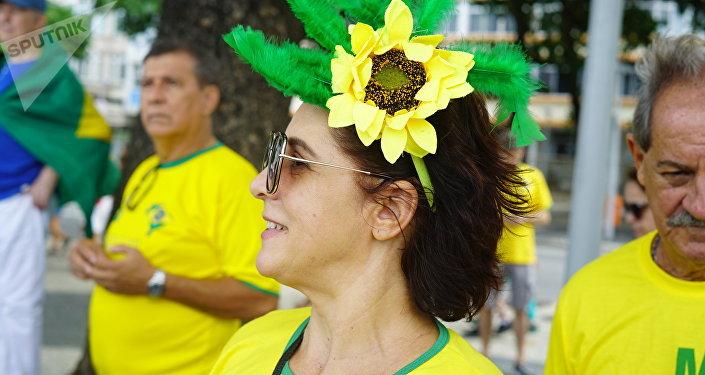 Apoiadora do presidente Jair Bolsonaro usa um arranjo de flor no cabelo com as cores do Brasil.