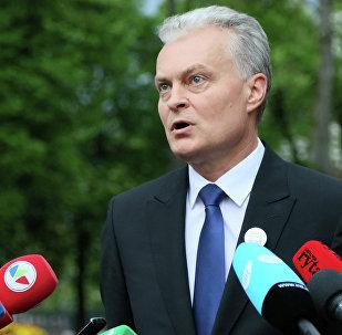 O economista Gitanas Nauseda conversando com jornalistas em Vilnius antes do resultado do segundo turno da eleição presidencial lituana