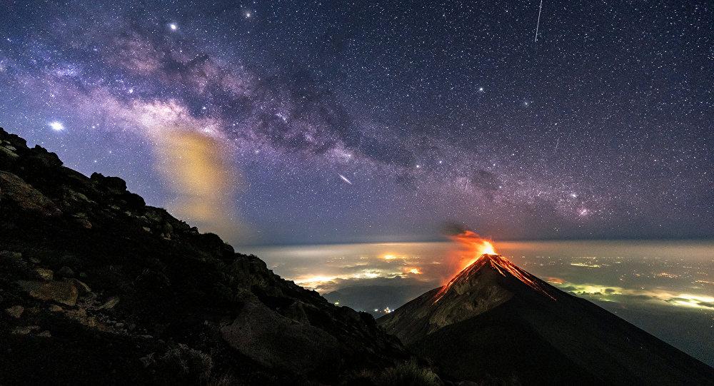 Imagem mostra vulcão em erupção sob a Via Láctea, Guatemala, 27 de maio de 2019