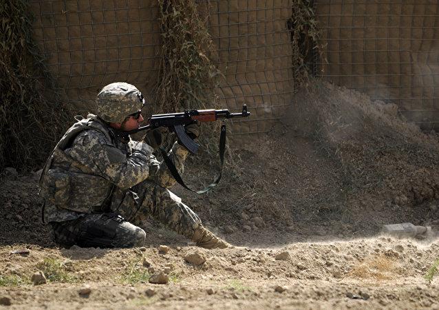 Soldado dos EUA com fuzis de assalto AK-47 Kalashnikov (imagem referencial)