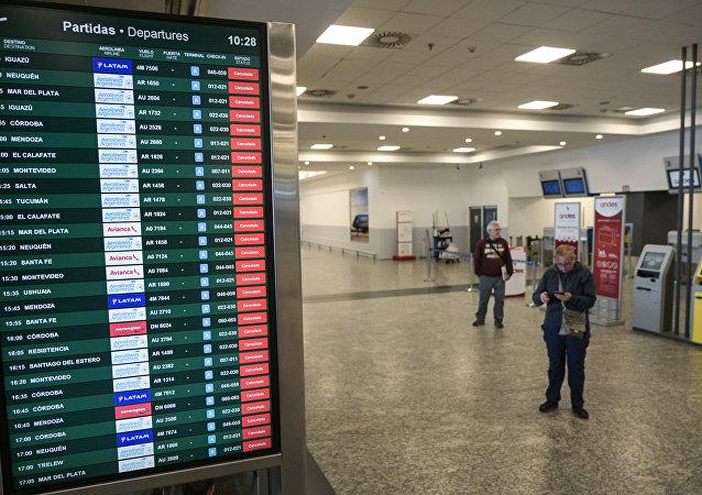 Tela de informações na sala de embarque do Aeroparque Jorge Newbery, na Argentina, mostra que todos os voos estão cancelados (imagem referencial)