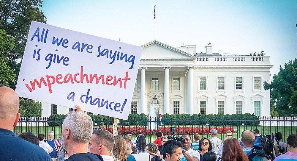 Tudo que estamos dizendo é: dê uma chance ao [processo de] impeachment, lê-se em placa durante protesto em frente à Casa Branca.