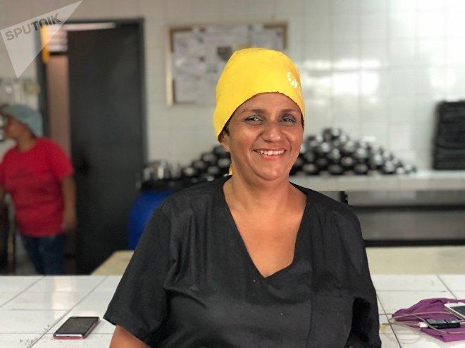 Nery, orgulhosa de ser uma Cozinheira da Pátria, diz que, embora a comida seja escassa, de alguma forma conseguem alimentar os jovens venezuelanos no colégio Peru em Lacroix