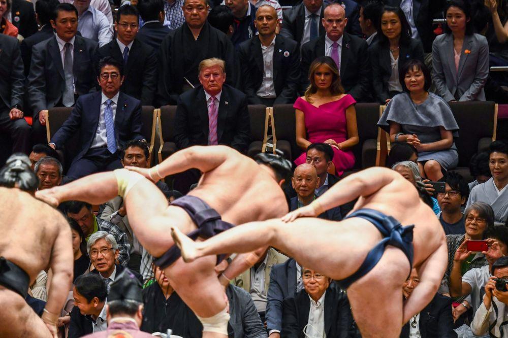 O presidente dos EUA, Donald Trump e a primeira dama do país, Melania Trump, junto com o premiê japonês, Shinzo Abe, e sua esposa assistindo a combate de artes marciais em Tóquio