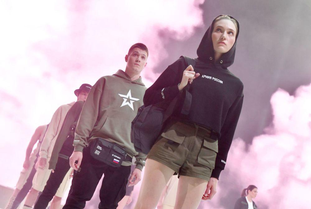Modelos demonstram a nova coleção da Black Star Wear em Moscou