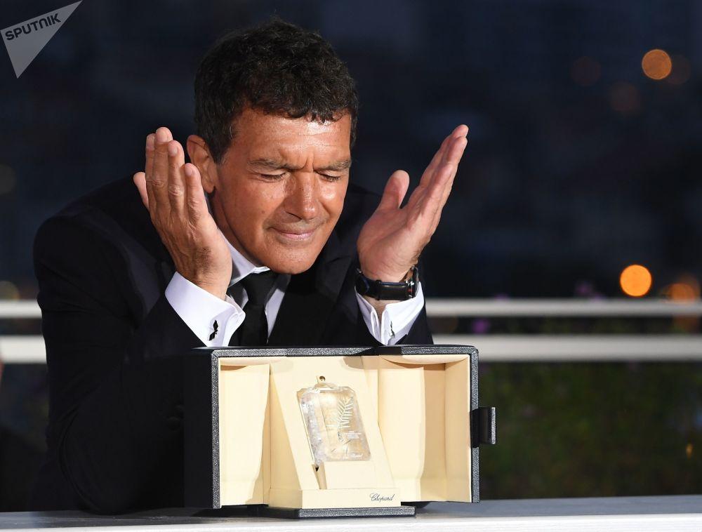Ator Antonio Banderas, que ganhou o prêmio de melhor ator no filme Dor e Glória, participa da sessão de fotos na cerimônia de encerramento do 72º Festival de Cannes