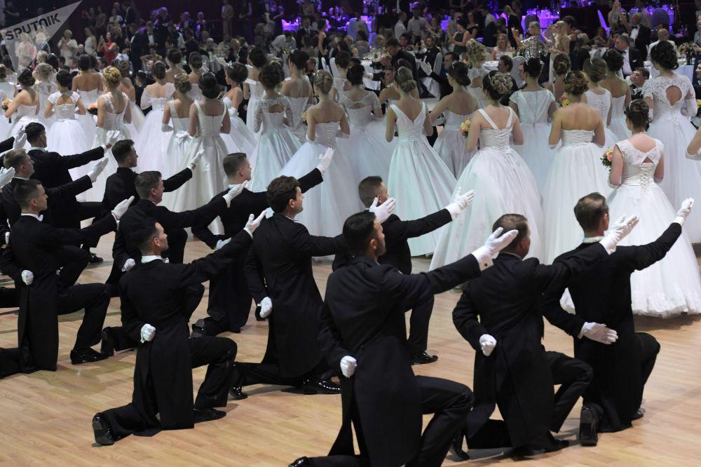 Participantes do XVII Baile de Beneficência no centro de exposições Gostiny Dvor, Moscou