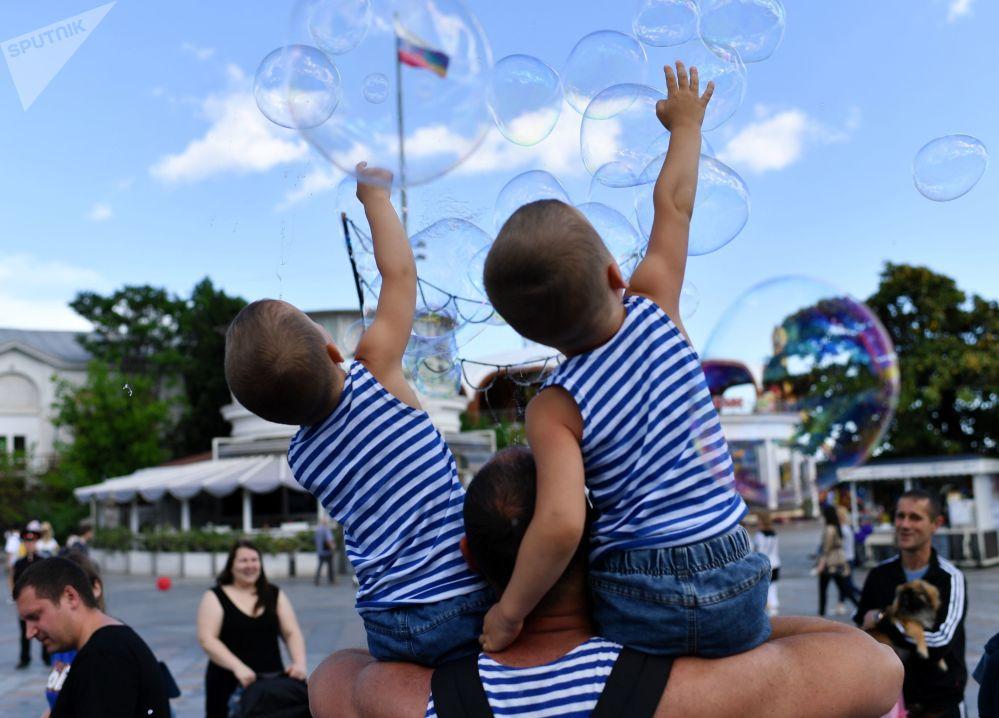 Irmãos tomam parte em desfile de gêmeos na cidade russa de Yalta, Crimeia