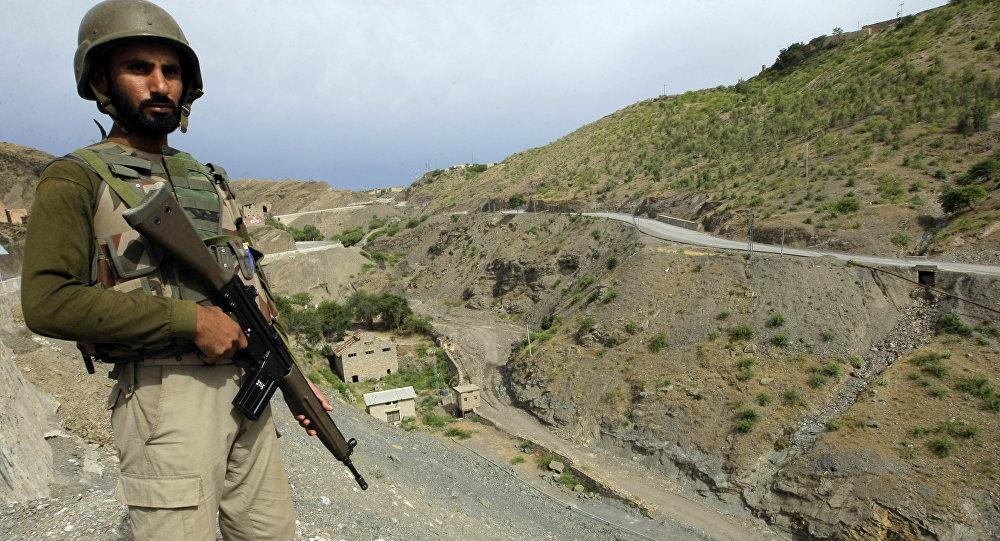 Um soldado do exército paquistanês de guarda na área tribal paquistanesa de Khyber, perto do posto fronteiriço de Torkham, entre o Paquistão e o Afeganistão.