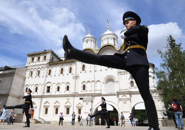 Militares da Guarda de Honra do Regimento Presidencial na Praça das Catedrais no Kremlin