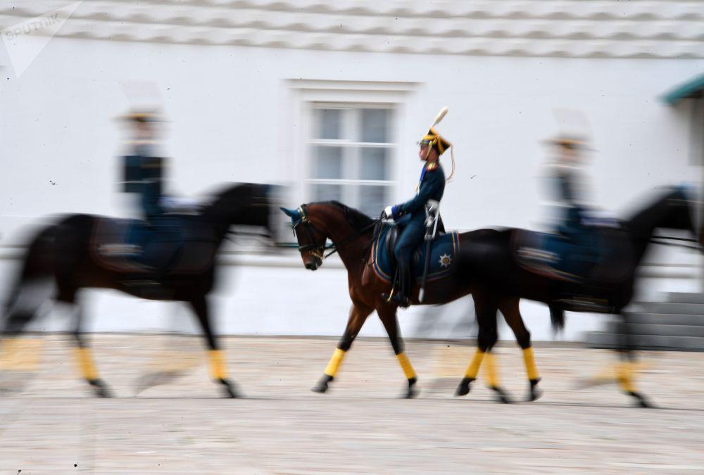 Cavalos em movimento durante a Cerimônia de Rendição da Guarda de Honra do Regimento Presidencial na Praça das Catedrais no Kremlin