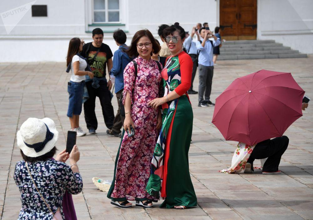 Espectadores na Cerimônia de Rendição da Guarda de Honra do Regimento Presidencial da Rússia tiram fotos na Praça das Catedrais no Kremlin