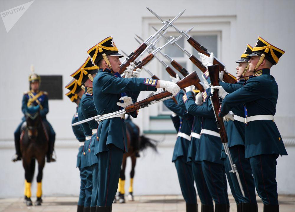 Militares da Guarda de Honra do Regimento Presidencial demonstram conhecimentos de manejo de armas na Praça das Catedrais no Kremlin