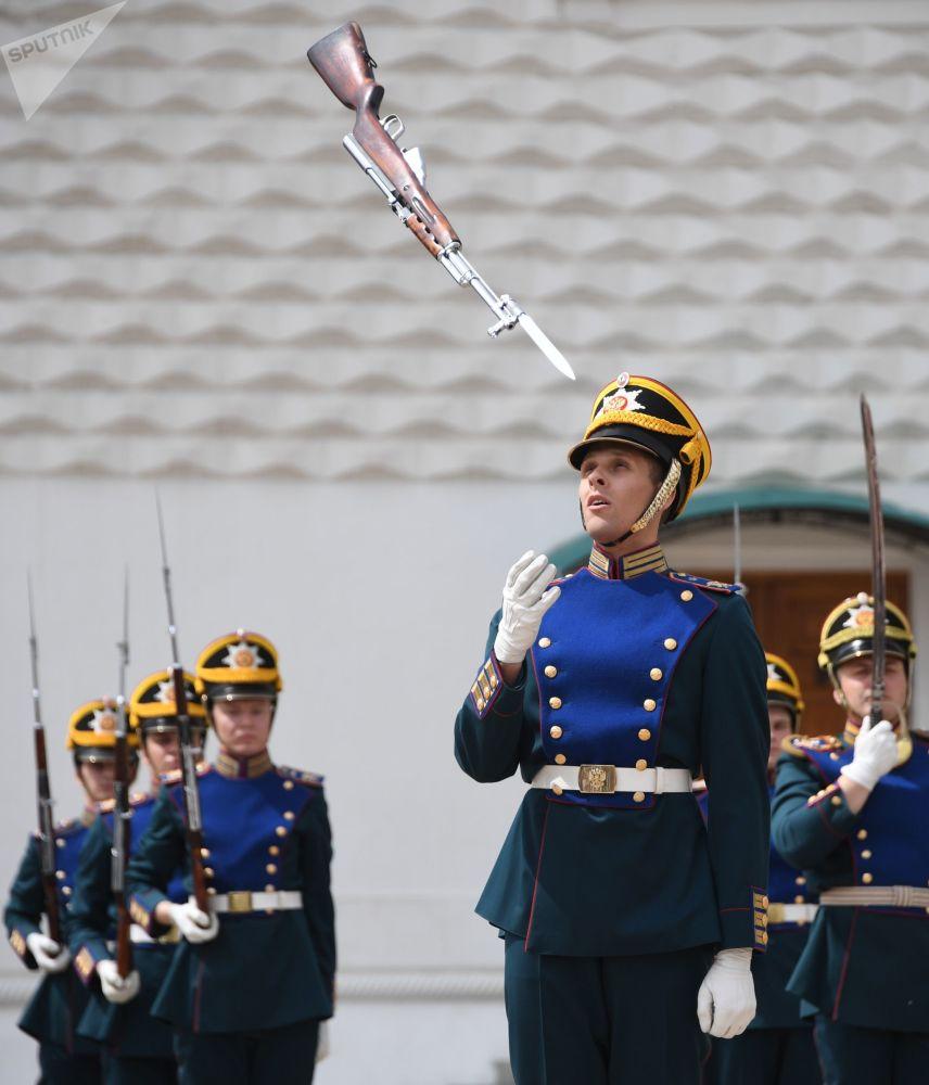 Carabina de militar da Guarda de Honra do Regimento Presidencial jogada ao ar na Praça das Catedrais no Kremlin
