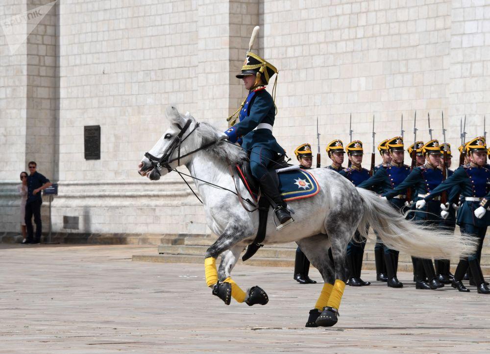 Jovem cavaleiro em pônei a galope na Praça das Catedrais no Kremlin
