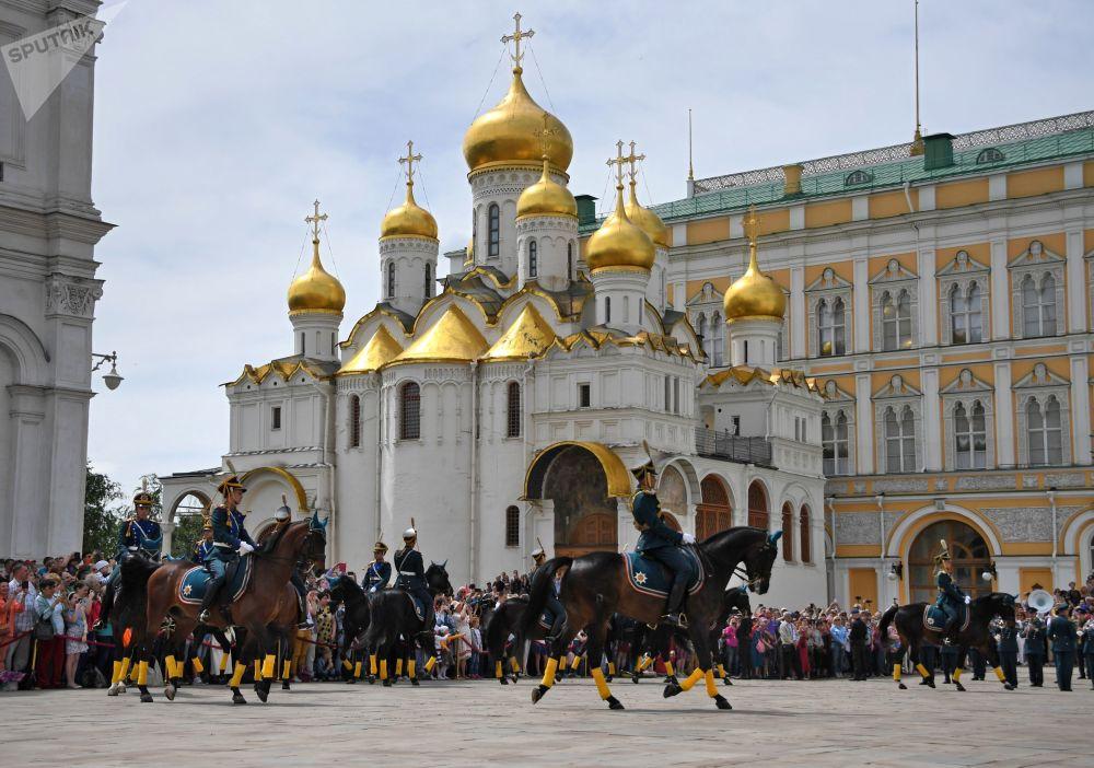 Cavaleiros da Guarda de Honra do Regimento Presidencial da Rússia demonstram elementos de equitação na Praça das Catedrais no Kremlin