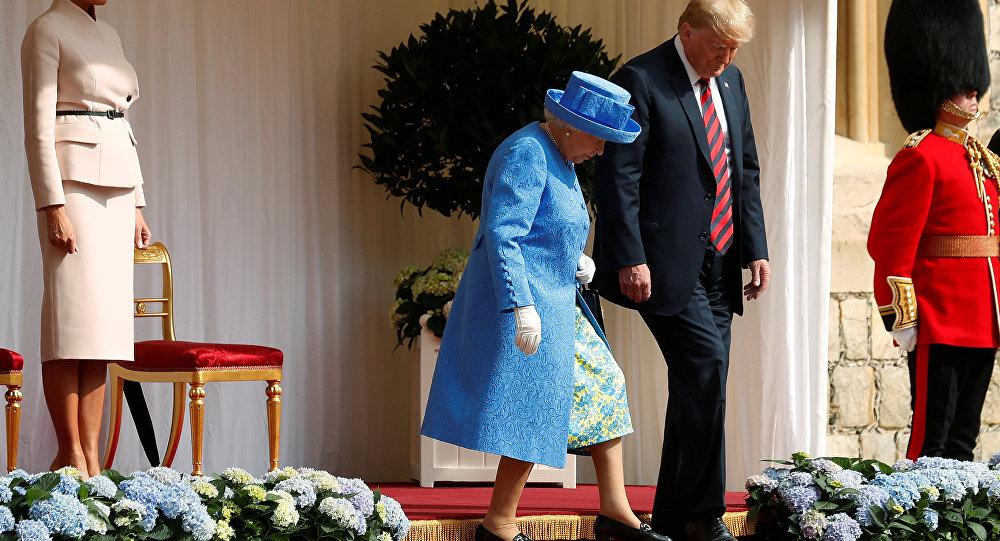 A primeira-dama Melania Trump, o presidente dos EUA, Donald Trump e a rainha da Grã-Bretanha, Elizabeth em visita ao Castelo de Windsor.