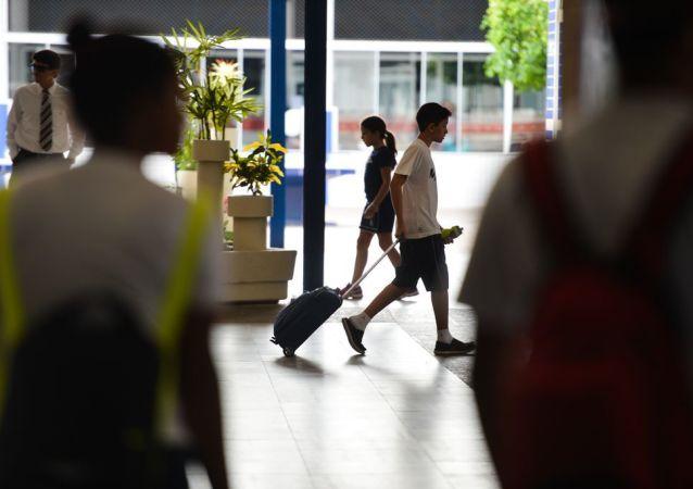 Aluno caminha em escola de Brasília (DF)