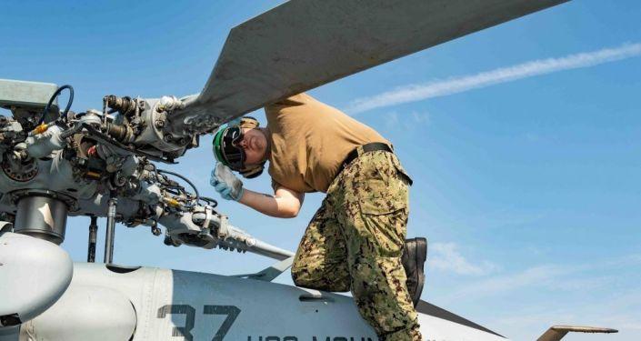 Engenheiro realiza inspeção do helicóptero MH-60S Sea Hawk antes dos exercícios navais BALTOPS 2019