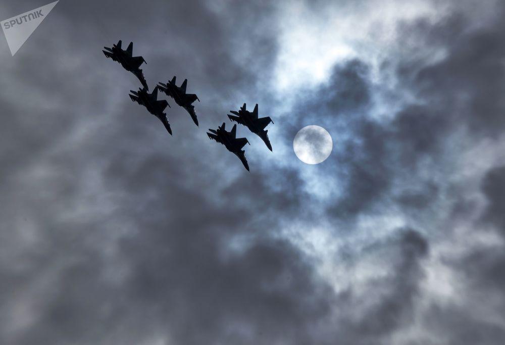 Caças multifunções MiG-29 da esquadrilha de acrobacia aérea Strizhi durante ensaios gerais da cerimônia de fechamento dos jogos militares Aviadarts 2019 na Crimeia