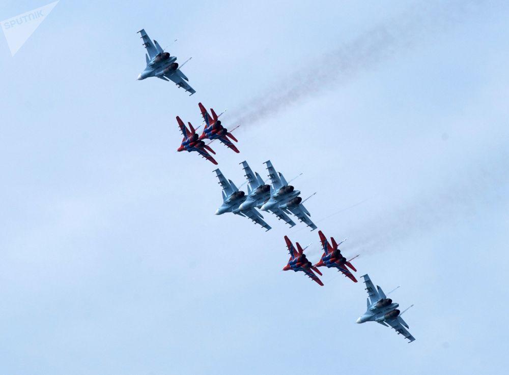 Caças multifuncionais Su-27 da esquadrilha de acrobacia aérea Russkie Vityazi e MiG-29 da esquadrilha de acrobacia aérea Strizhi durante ensaios gerais da cerimônia de fechamento dos jogos militares Aviadarts 2019 na Crimeia