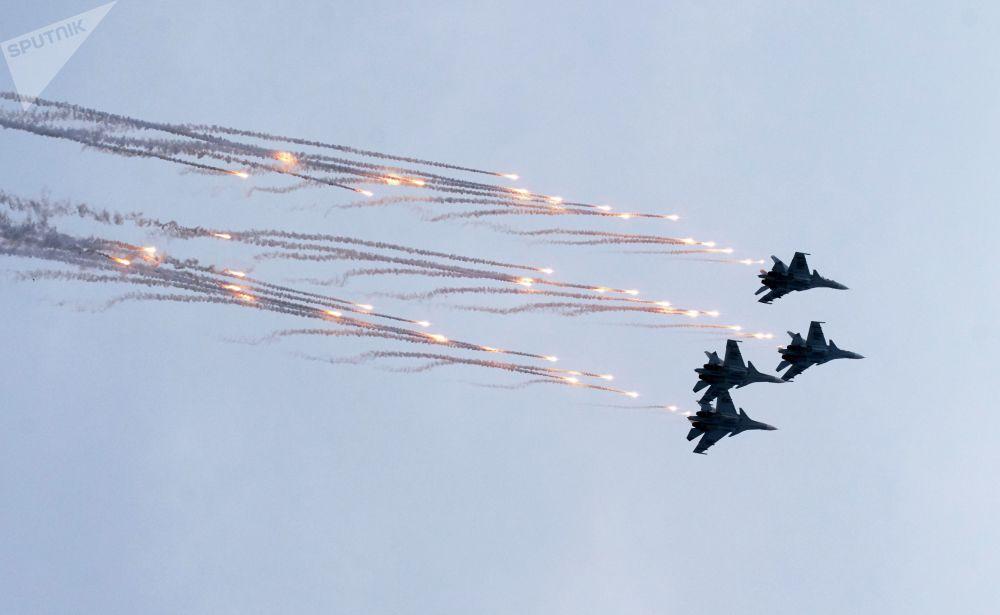 Caças multifuncionais Su-27 durante ensaios gerais da cerimônia de fechamento dos jogos militares Aviadarts 2019 na Crimeia
